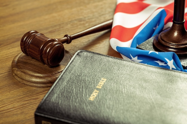 Martelo de juiz de madeira com a bíblia sagrada. conceito de justiça e lei