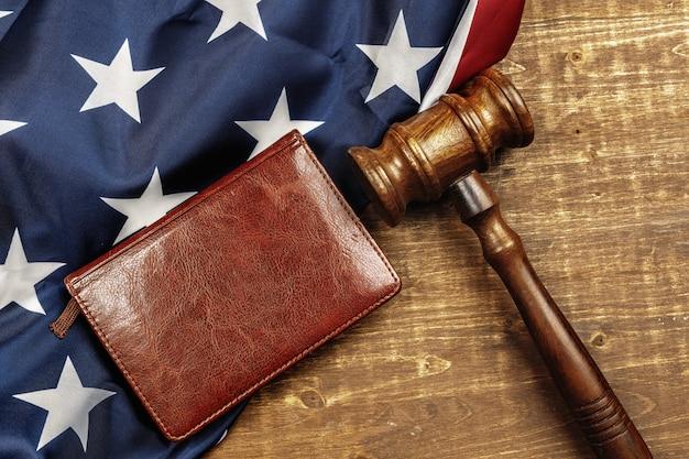 Martelo de juiz de madeira com caderno de couro e bandeira dos eua