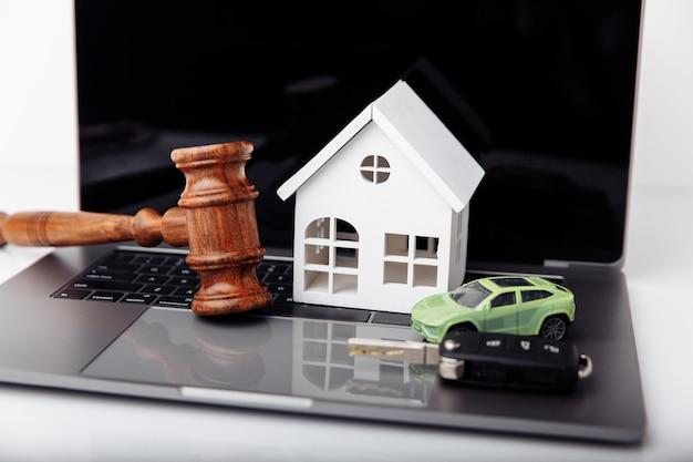 Martelo de juiz de madeira com leilão de chave de casa e carro e conceito de licitação