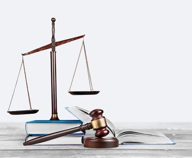 Martelo de juiz de madeira. conceito de justiça e direito