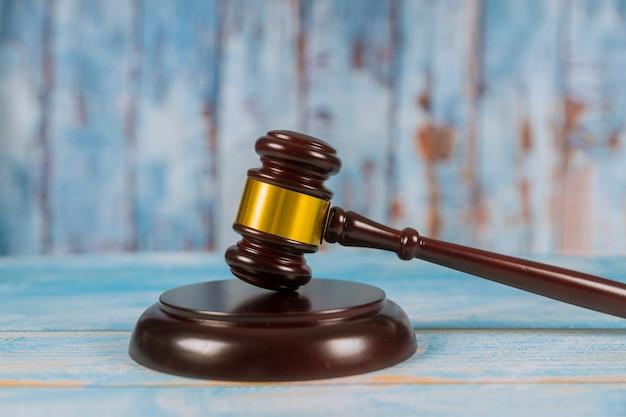 Martelo de juiz de madeira na mesa de madeira