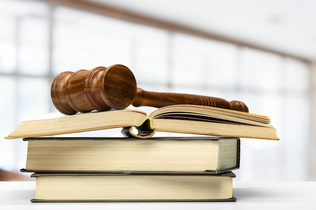 Martelo de juiz de madeira na mesa, vista frontal de close-up