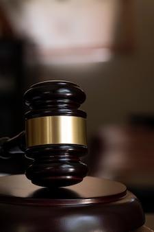 Martelo de juiz de madeira, vertical e close-up vista.
