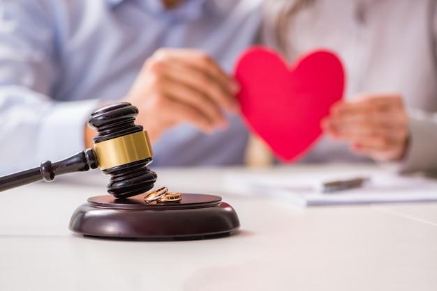 Martelo de juiz decidir sobre o divórcio de casamento