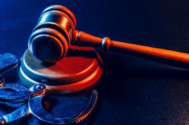 Martelo de juiz e algemas