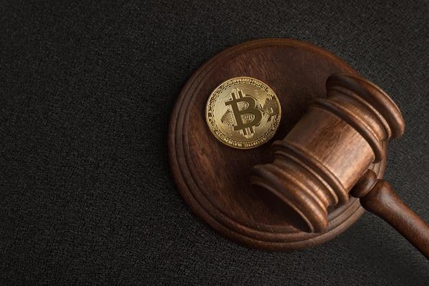 Martelo de juiz e bitcoin. legislação de criptomoeda. proibição do bitcoin. violação da lei.