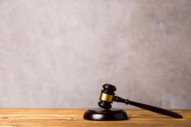 Martelo de juiz e impressionante bloco com fundo de estuque