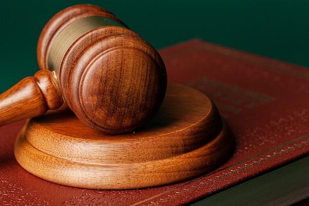 Martelo de juiz e livro jurídico close-up na mesa