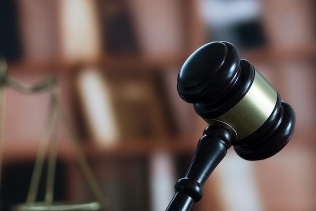 Martelo de juiz e livro legal