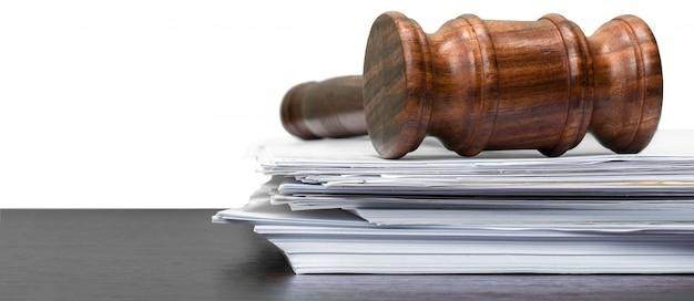 Martelo de juiz em papel branco e mesa