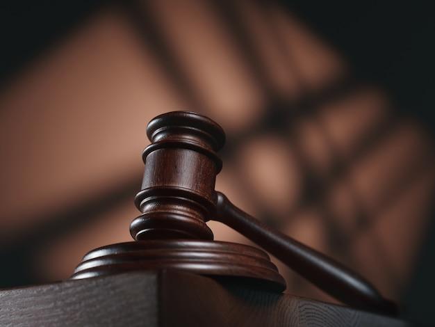 Martelo de juiz em um abstrato