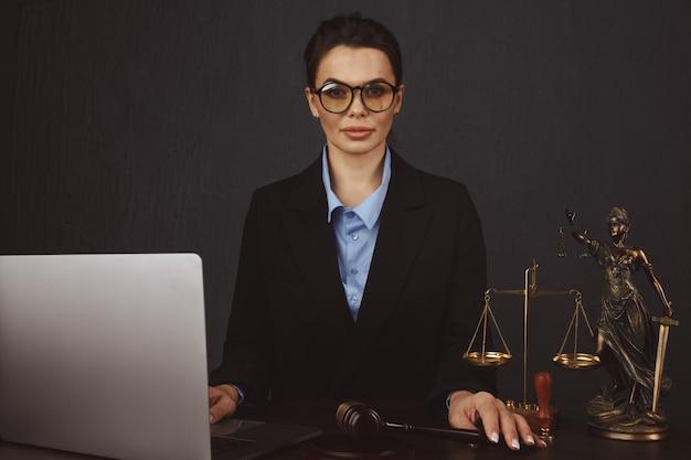 Martelo de juiz, livros com advogado ou advogado fornecem aconselhamento jurídico e consolo aos seus clientes em segundo plano. lei do divórcio, conceito de direito da família.