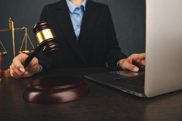 Martelo de juiz, livros com advogado ou advogado fornecem aconselhamento jurídico e consolo aos seus clientes em segundo plano. lei do divórcio, conceito de direito da família. Foto Premium