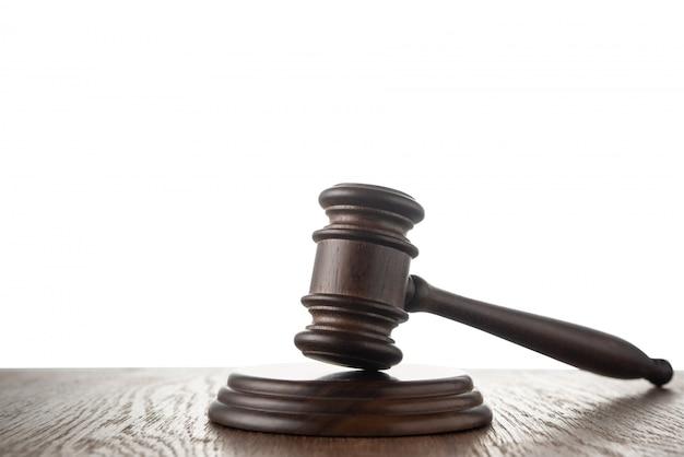 Martelo de juiz (martelo de leilão) na mesa com isolado