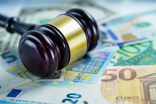 Martelo de juiz no dólar dos eua e notas de euro