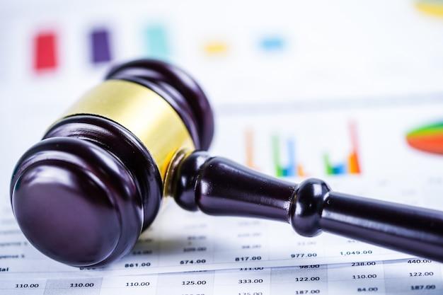 Martelo de juiz no papel de gráfico de gráfico. conceito de tribunal lei e justiça.