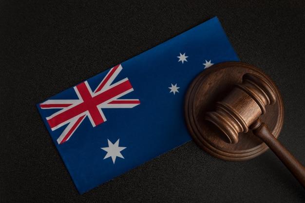 Martelo de juiz perto da bandeira australiana. tribunal na austrália. leilão australiano