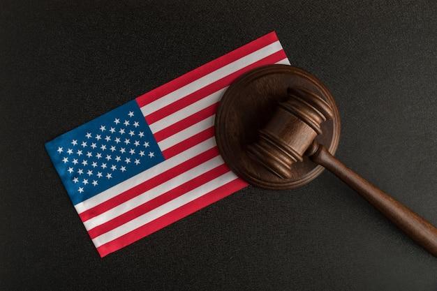 Martelo de juiz perto da bandeira dos estados unidos da américa