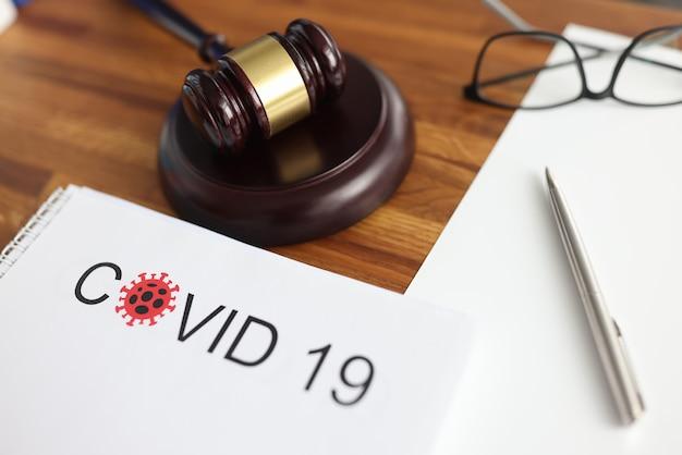 Martelo de juízes e documentos legais sobre a mesa em close do tribunal