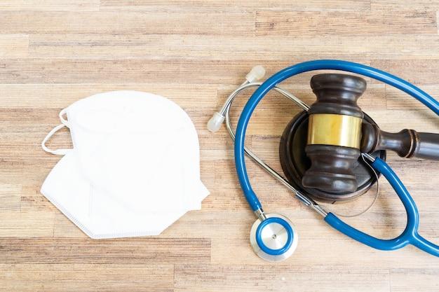 Martelo de lei e máscaras antivírus, conceito de direito médico, vista superior