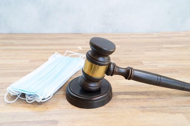 Martelo de lei e máscaras antivírus, conceito de direito médico