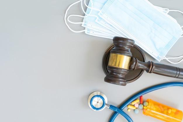 Martelo de lei, estetoscópio e pílulas, conceito de direito médico, espaço de cópia