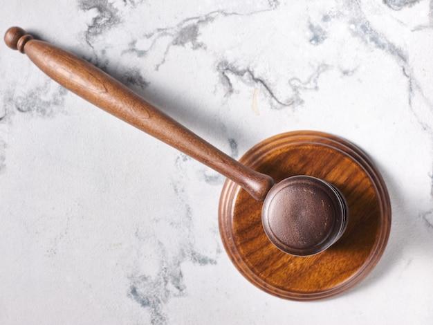Martelo de leilão do juiz na mesa de mármore - vista de cima