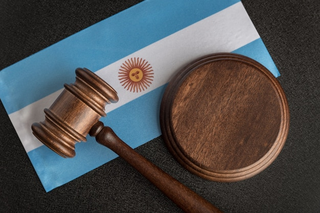 Martelo de madeira de advogados no fundo da bandeira da argentina. tribunal na argentina. par internacional da argentina.