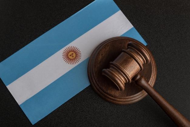 Martelo de madeira de advogados no fundo da bandeira da argentina. tribunal na argentina.
