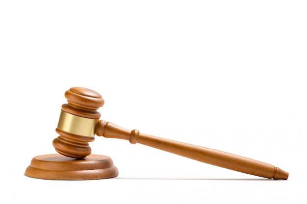 Martelo de madeira do juiz isolado no fundo branco.