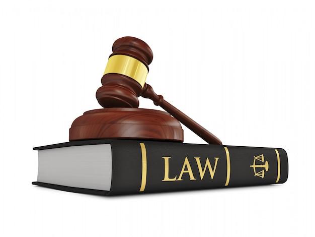 Martelo de madeira do juiz no livro de direito