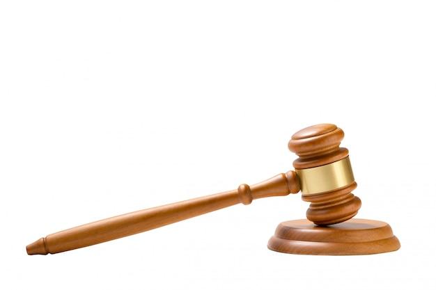 Martelo de madeira do martelo do juiz isolado no fundo branco.