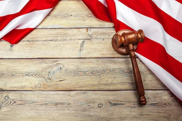 Martelo de madeira e bandeira dos eua