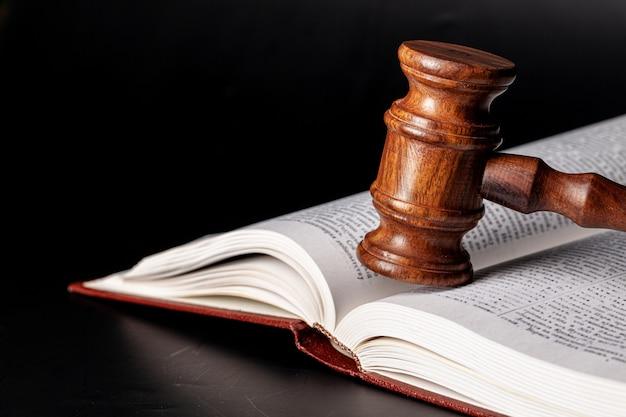 Martelo de madeira e livros jurídicos close-up
