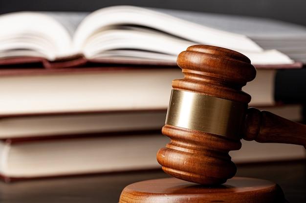 Martelo de madeira e livros jurídicos de perto