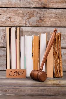Martelo de madeira e livros jurídicos. tiro vertical antigo fundo de mesa.
