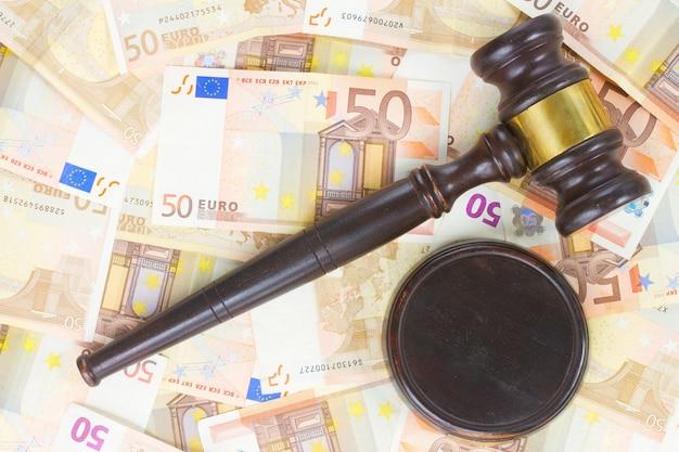 Martelo de madeira e notas de dinheiro de euro