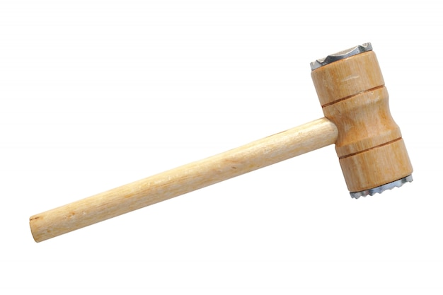 Martelo de madeira isolado no fundo branco