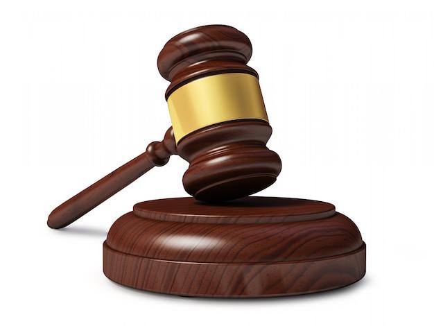 Martelo de madeira juiz isolado