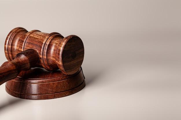 Martelo de madeira juízes na mesa close-up