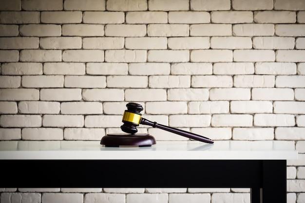 Martelo de madeira na mesa branca. negócios de fundo juiz ou leilão.