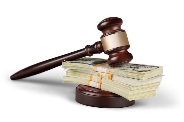 Martelo de madeira na mesa de madeira e dinheiro, no fundo