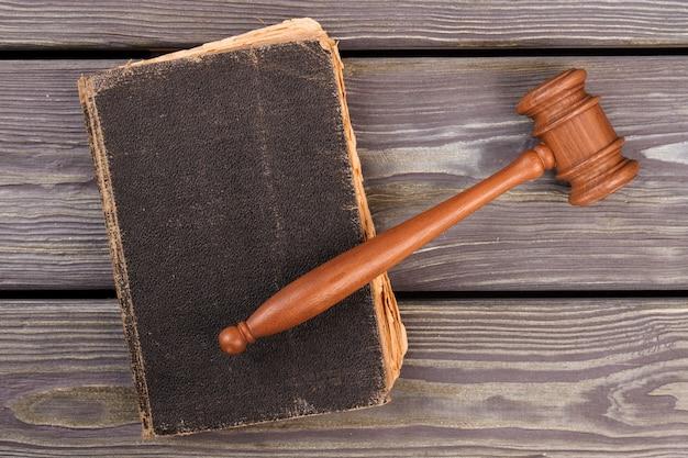 Martelo de madeira no livro antigo. vista superior plana lay.