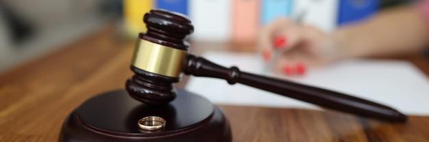 Martelo de madeira para juiz em stand é uma aliança de casamento