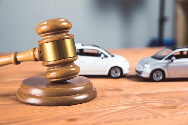 Martelo de quadra com carros de brinquedo na mesa acidente