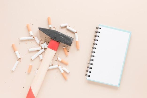Martelo de vista superior com cigarros