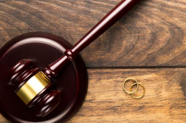 Martelo de vista superior em bloco e alianças de casamento