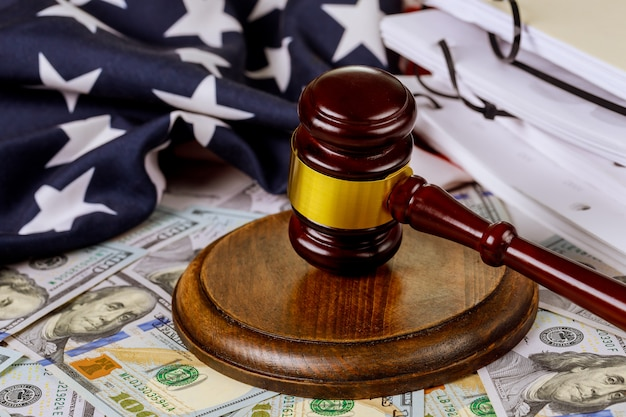 Martelo do juiz com a bandeira dos estados unidos e juiz da lei
