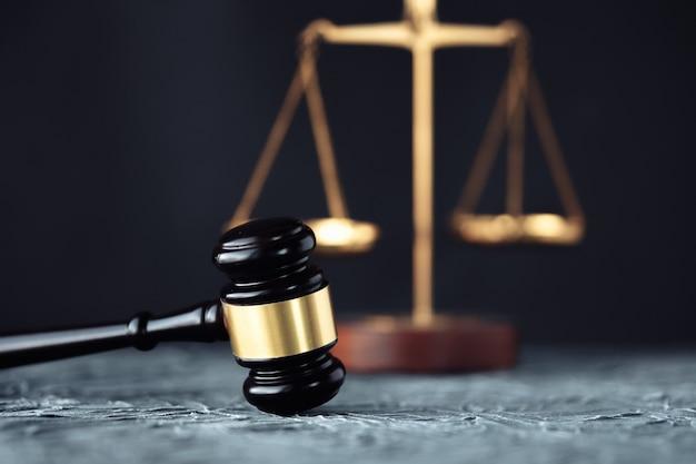 Martelo do juiz com advogados da justiça em reunião de equipe no escritório de advocacia em segundo plano