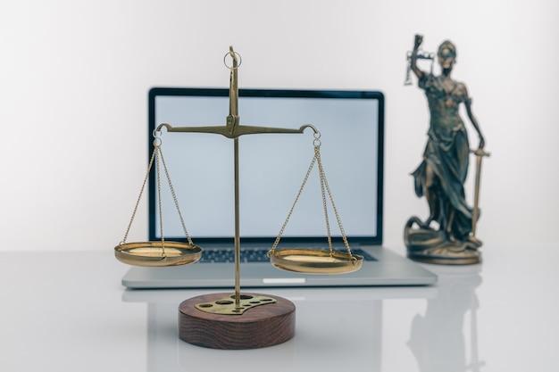 Martelo do juiz com advogados da justiça em reunião de equipe no escritório de advocacia